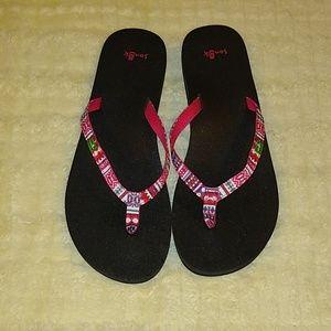 🌼 Sanuk 🌼 EUC Tribal print Flip Flops SZ 9